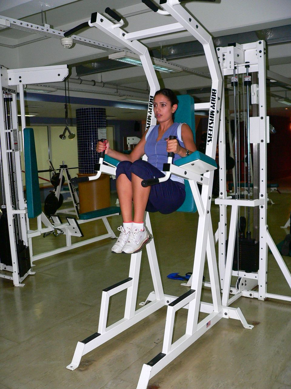 leg  knee up on chin-dips station - w - 2